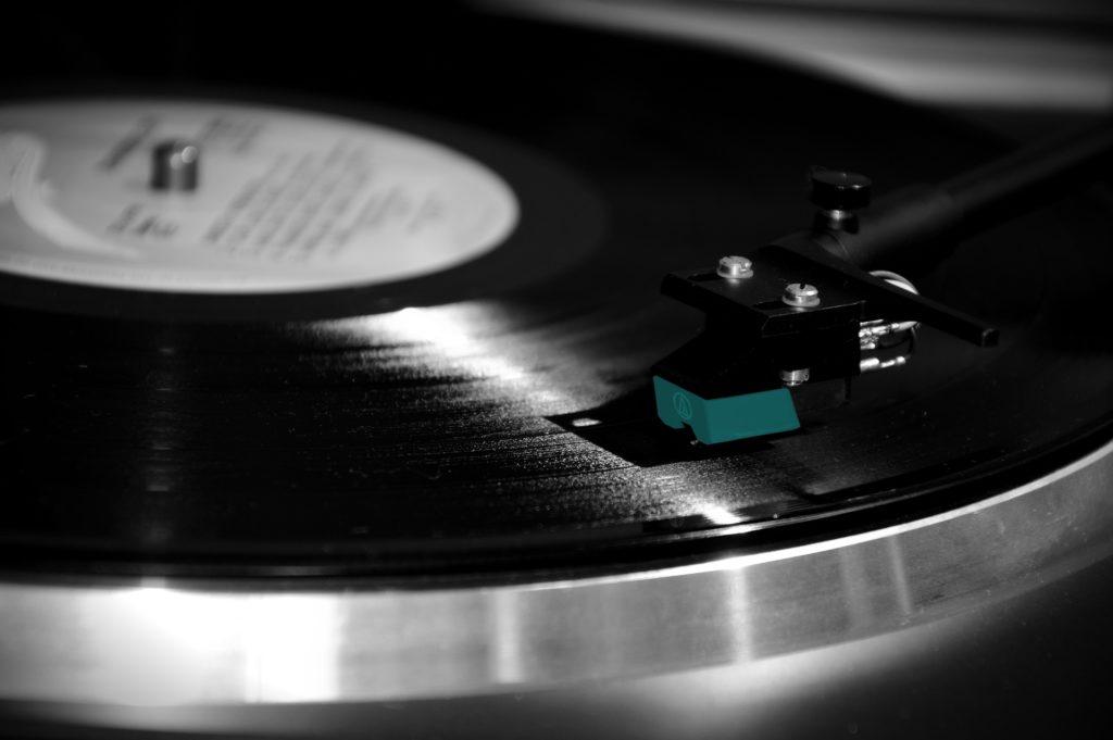 Czy muzyka z platform streamingowych na dobre rozjedzie winyle i płyty CD? Na świecie to już się dzieje, ale Polska stawia (jeszcze) opór