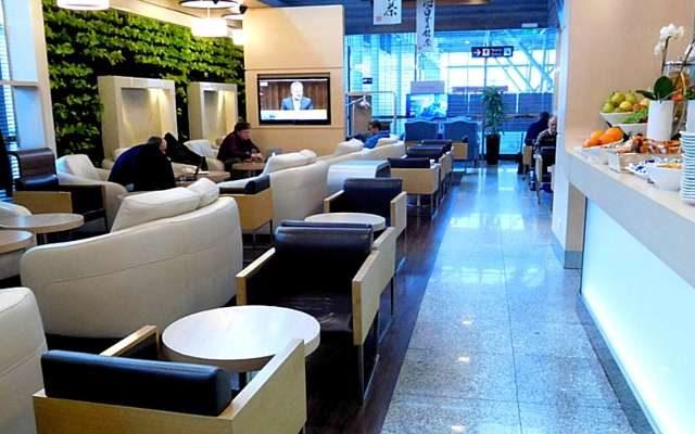Twój samolot się spóźnia? Revolut wprowadza darmowe wejściówki do lotniskowych saloników. Co trzeba zrobić, żeby zasłużyć?