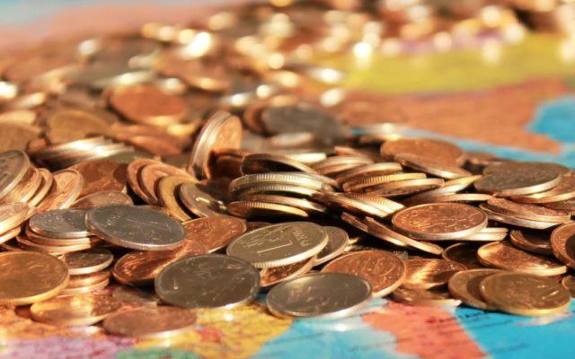 """Stopy procentowe już prawie zerowe, a inflacja """"zjada"""" oszczędności w banku. Co zrobić teraz z pieniędzmi? Przegląd bezpiecznych opcji"""