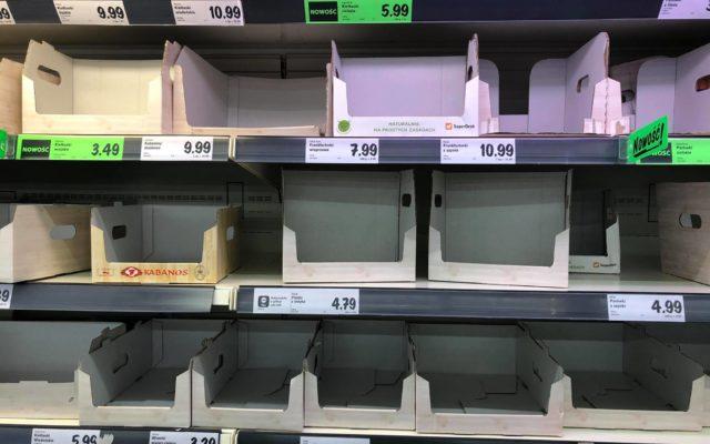Polacy ogołacają sklepowe półki. Spokojnie, to tylko panika. Ale czy z powodu koronawirusa w sklepach mogłoby trwale zabraknąć żywności?