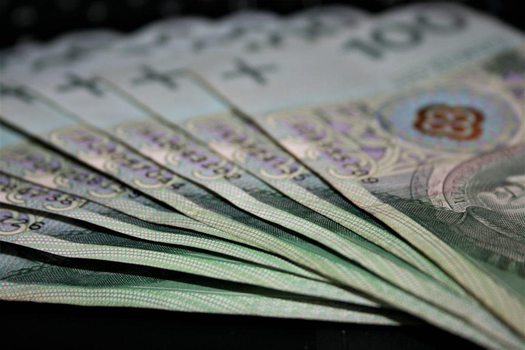 """Czy przez """"domową kwarantannę"""" zapłacimy bankom wyższe prowizje za konta i karty? Czytelnicy alarmują. Co na to bankowcy?"""