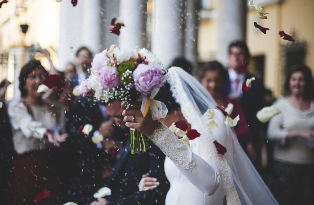 Koronawirus psuje szyki narzeczonym i może dobić branżę weselną. Co robić, żeby ocalić i przyjęcie, i branżę? Mam pewien pomysł