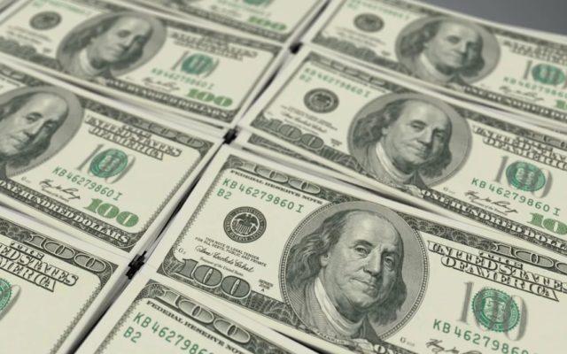 """Dlaczego w bankach brakuje dolarów? Klienci przychodzą po gotówkę, a bankowcy proszą o cierpliwość: """"Spokojnie, to tylko awaria"""""""