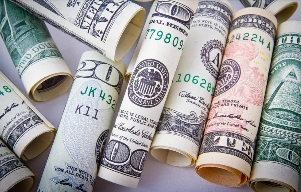 Polski złoty coraz szybciej traci na wartości! Euro jest najdroższe od 10 lat, a frank… szkoda gadać. Trzy powody kłopotów naszej waluty