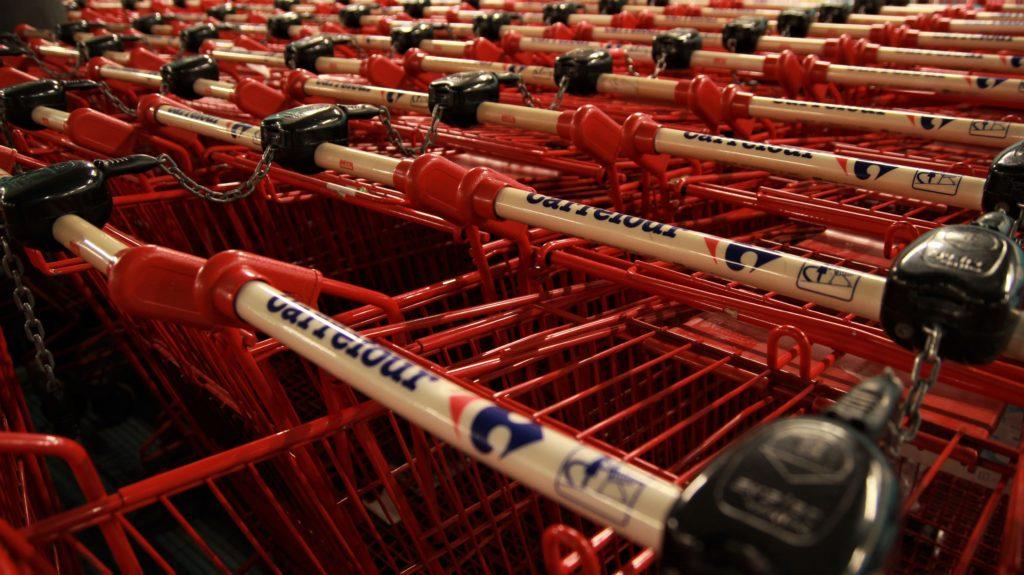 """W ubiegłym tygodniu w """"spożywczakach"""" i aptekach wydaliśmy więcej niż przed świętami. Zrobiliśmy zakupy na zapas. Co stało się potem?"""