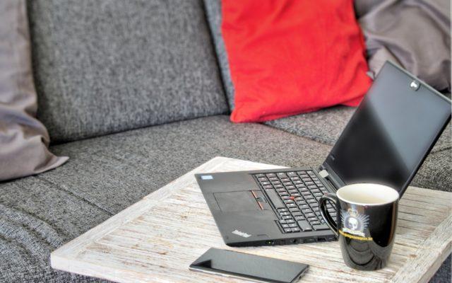 Dla wielu firm praca zdalna to dziś konieczność. Ale home office może przynieść oszczędności. Ile pieniędzy zostaje w kasie? Policzyli!
