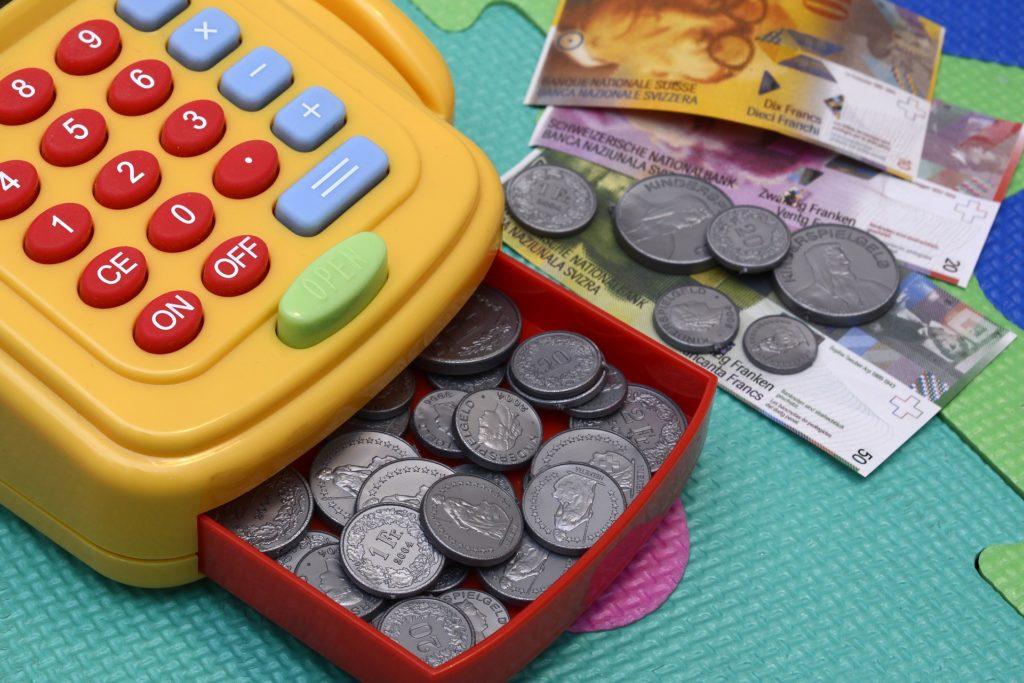 Koronawirus na zakupach, czyli jak płacić, żeby się nie zarazić? WHO o wątpliwościach dotyczących używania gotówki. Co wy na to?
