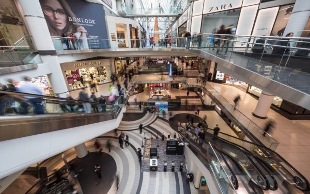 """Galerie handlowe znów się otwierają. A władze kuszą: """"na zakupy idź z rządową aplikacją"""". Miał być priorytet wejścia do sklepu i zniżki. Ale zrobiła się afera i…"""