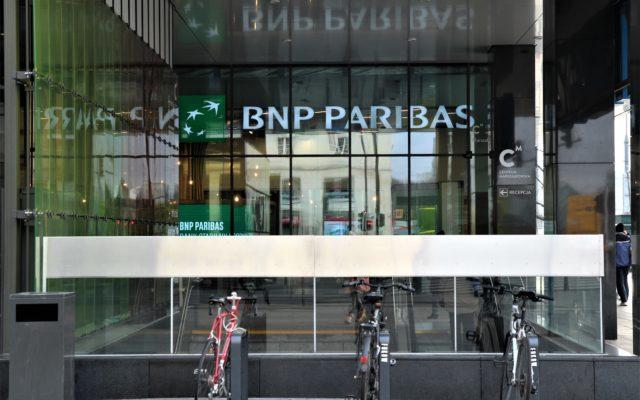 Bank BNP Paribas chce, by jego klienci nie przychodzili do oddziałów po gotówkę. Czy 10-złotowa opłata zachęci do korzystania z bankomatów i wpłatomatów?