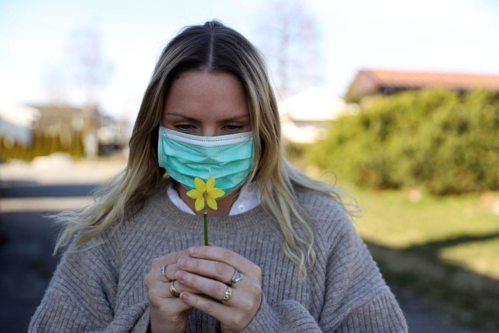 """Przez koronawirusa docenimy ubezpieczenie na życie? Aviva za darmo ubezpieczy medyków. A czy nasze, """"zwykłe"""" polisy chronią przed skutkami Covid-19?"""