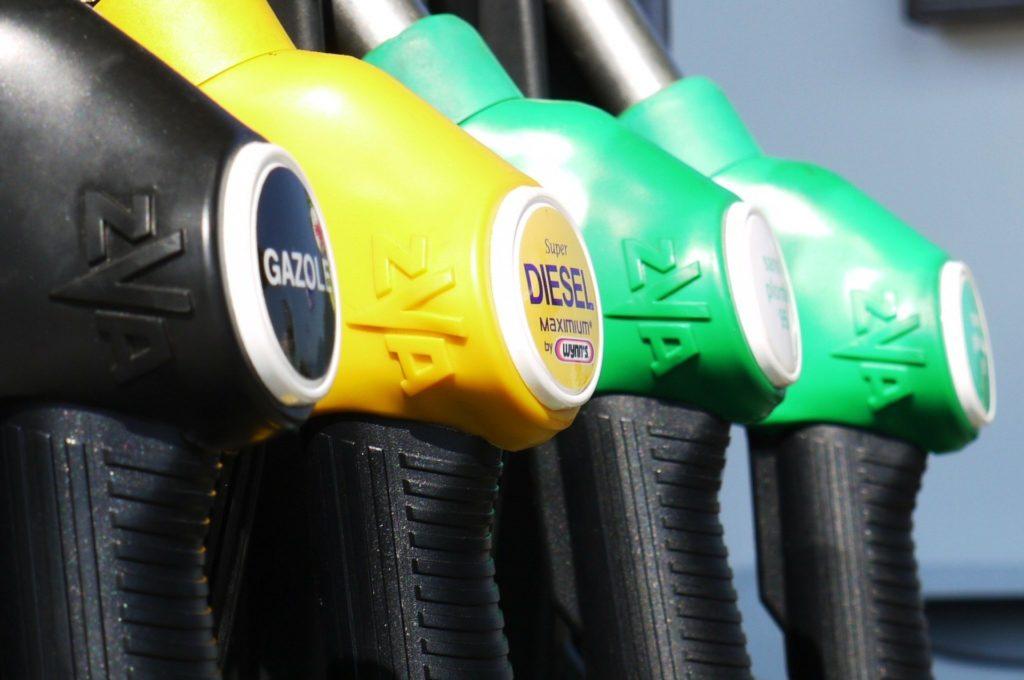 Ropa naftowa z ujemną ceną? To się zdarzyło naprawdę. Czy tanie paliwo wyprze z rynku samochody elektryczne? Liczę opłacalność jazdy autem elektrycznym i benzynowym