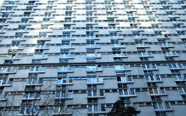Widmo bezrobocia zagląda w oczy nie tylko kredytobiorcom. Jak pomagać milionom Polaków, którzy wynajmują lub najmują mieszkania?