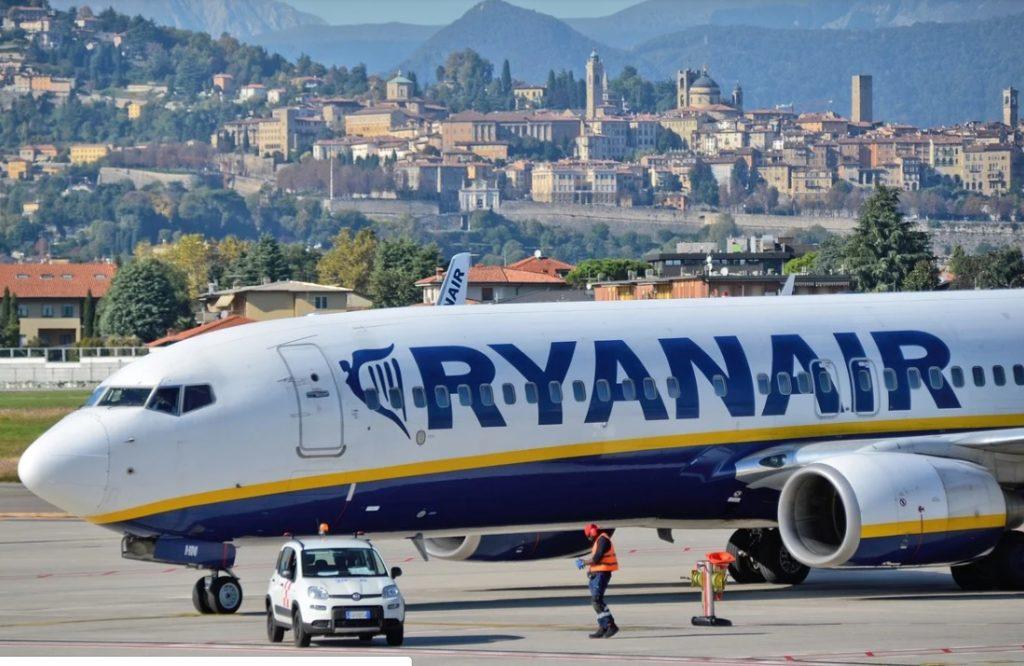 """Linia lotnicza, koronawirus i """"uwięzione"""" pieniądze za niewykorzystany lot. Ryanair bardzo chce zwrócić, ale nie może. I namawia """"weź pan voucher"""""""