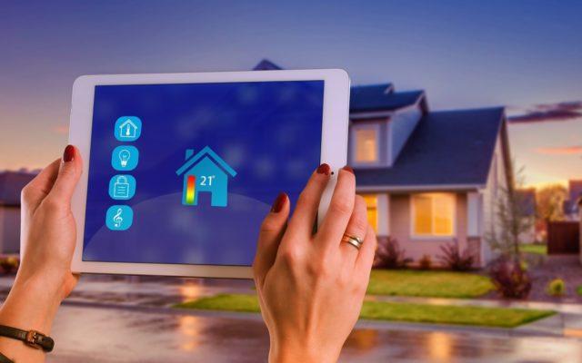 Technologie wchodzą do naszych domów drzwiami, oknami i przez kontakty w ścianie. Trzy pomysły na smart home własnym sumptem