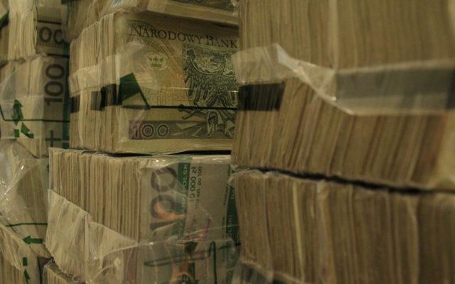 """Rząd rozważa emisję antykryzysowych obligacji. Czy będą chętni na """"covid bonds"""" i ile pieniędzy rząd mógłby """"podebrać"""" bankom z naszych depozytów ? Liczymy!"""