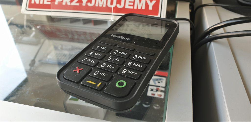 Firma obsługująca terminal płatniczy grozi klientowi karą za brak obrotów. Co na to konkurencja?