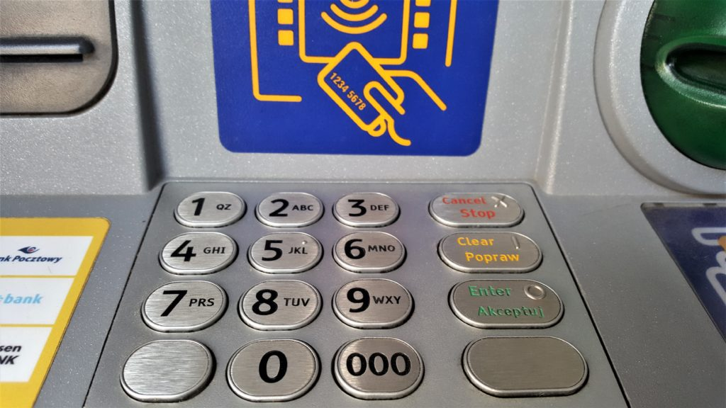 """Bankomat to nie tylko maszyna do wypłacania pieniędzy. Może być nośnikiem reklamowym, """"roznosicielem"""" ulotek i wypłacać konkursowe nagrody"""