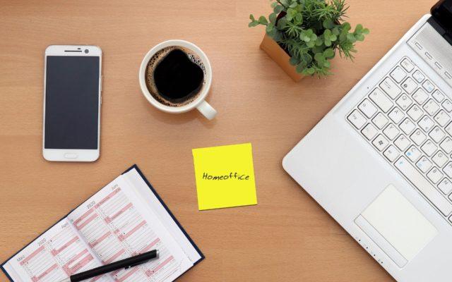 Pracodawca kazał wam pracować w domu? Jak zorganizować sobie dzień, żeby pracować wydajnie jak w biurze i nie zwariować? Oto pięć rad weterana zdalnej pracy