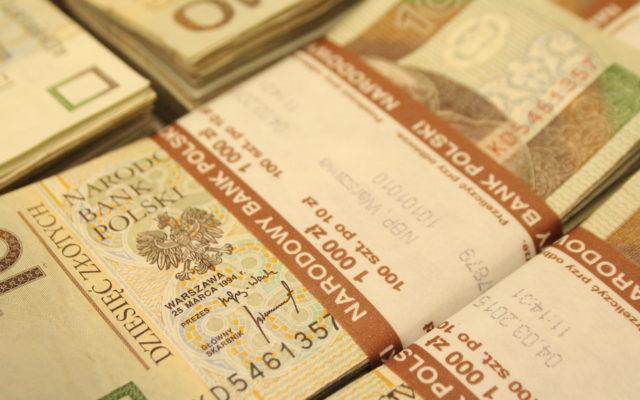 Ujemne oprocentowanie pieniędzy w banku: to nie żart. Być może wkrótce zapłacisz bankowi za przechowywanie własnych pieniędzy. Ale czy to byłoby legalne?