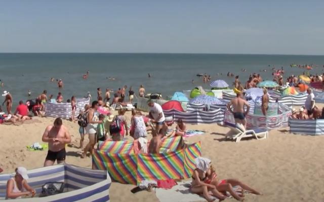 Polskie morze, góry i jeziora z… biurem podróży? Touroperatorzy szukają interesu i hurtem wykupują pokoje na wakacje. Co to oznacza dla nas?