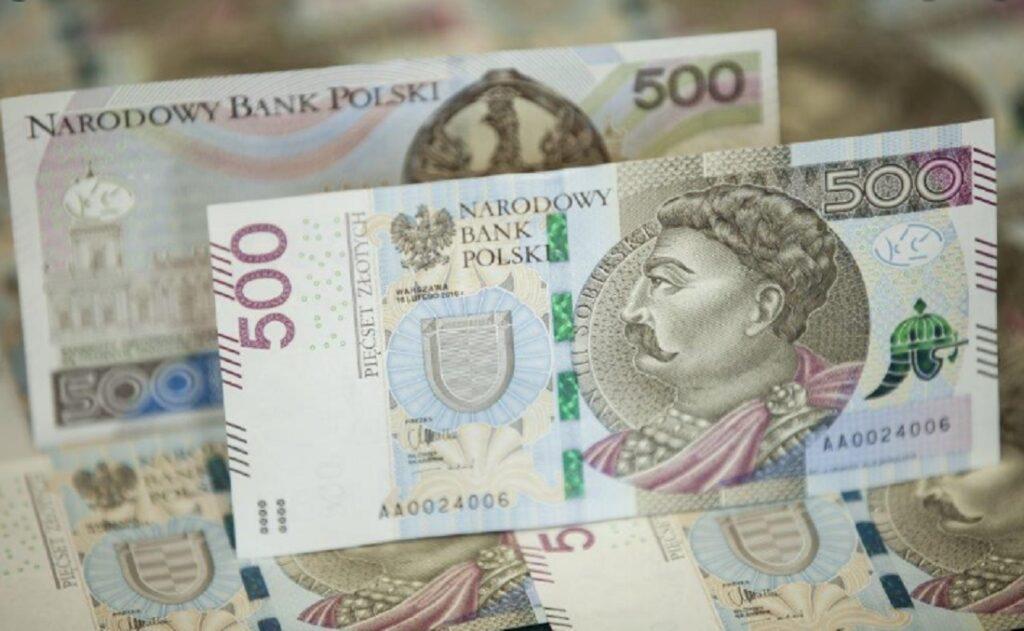 """NBP wprowadza banknoty 500-złotowe do bankomatów. Chce, żebyśmy mniej potrzebowali """"stówek"""". Będzie bolało?"""