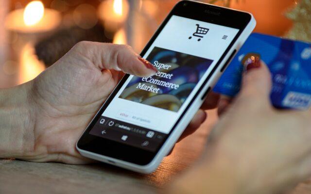 """Chcieli dobrze, a wyszło jak zwykle? """"Płacę telefonem, a terminal w sklepie żąda ode mnie… włożenia karty i podania PIN!"""". Czy ten absurd """"uziemi"""" płacenie mobilne?"""