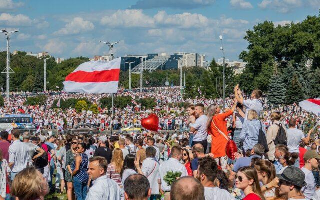Białoruś walczy o wolność. Ale co będzie z portfelami Białorusinów, gdy dyktator Łukaszenka wreszcie odejdzie? Pomaszerują na Wschód czy na Zachód? Sprawdzamy