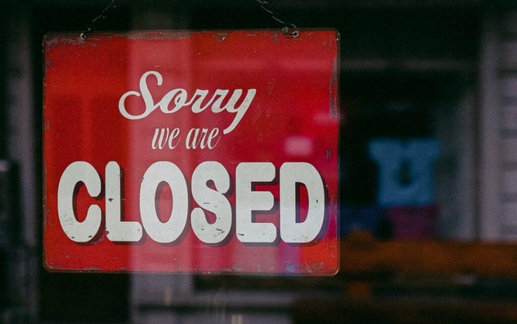 Odszkodowania za lockdown? W Polsce firmy procesują się z państwem, a w Wielkiej Brytanii… 370.000 małych firm już wywalczyło odszkodowania