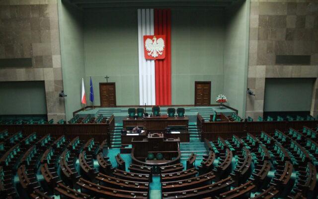 """Jak dużo miejsc pracy zależy w Polsce od władzy? Ile stanowisk można obsadzić """"swoimi"""" ludźmi, gdy wygra się w Polsce wybory? Spróbowaliśmy sprawdzić i…"""