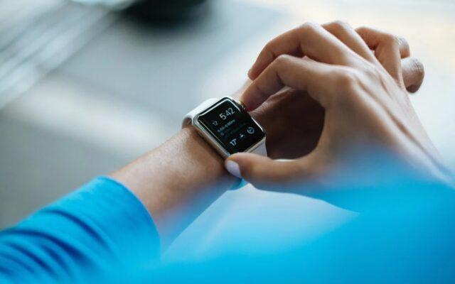"""Zegarek do płacenia zamiast gotówki, karty i smartfona: który smartwatch z funkcją płatniczą wybrać, żeby """"pasował"""" do twojego banku?"""