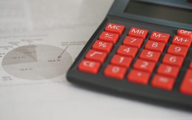 Przez koronawirusa twojej firmie brakuje kasy na pensje czy zakup towarów? Lekarstwem może być kredyt obrotowy. A dzięki dopłatom BGK zapłacisz mniej
