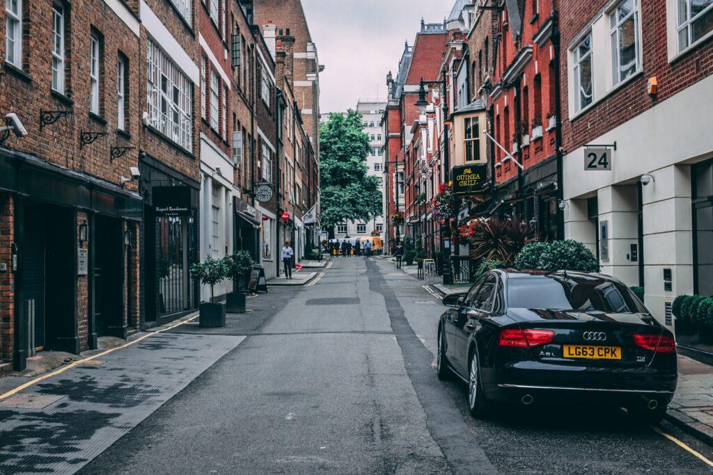 Car-sharing w Polsce nie zrobi kariery? Porównujemy ceny aut na minuty w Polsce i na Zachodzie, ceny taksówek i metra. I haczyki w regulaminach. I wszystko jasne