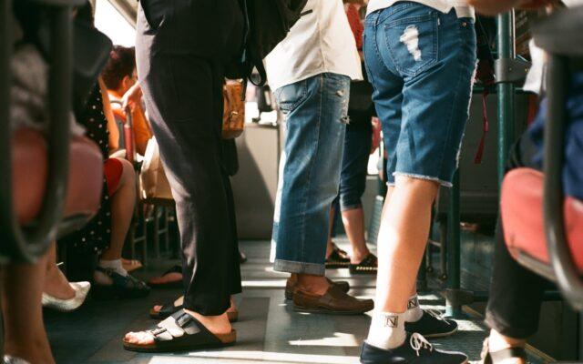 Obawiasz się podróżowania tramwajem lub autobusem? A ile by kosztowało, gdyby do końca epidemii wziąć tanie, miejskie autko na wynajem?