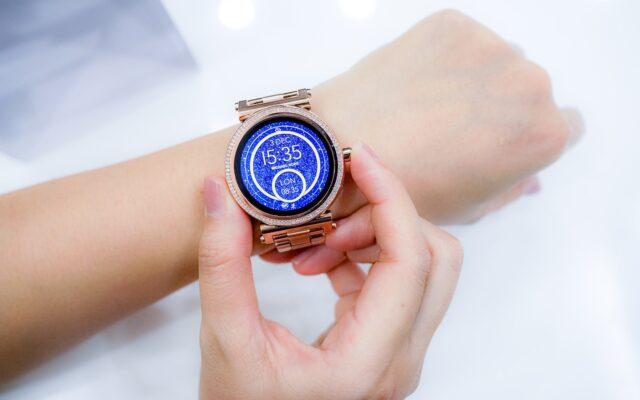 Pięć rzeczy, które musisz wiedzieć zanim po raz pierwszy zapłacisz zegarkiem. Jak bank może ci pomóc w tym płaceniu?