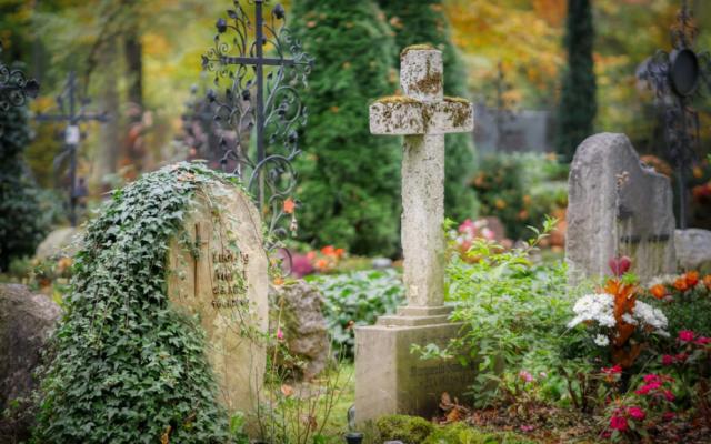 Ubezpieczenie nagrobka: czy to dobry pomysł, by uchronić się przed kosztami i bólem serca po zerwanym krzyżu, pękniętej płycie albo gdy drzewo zwali się na pomnik?