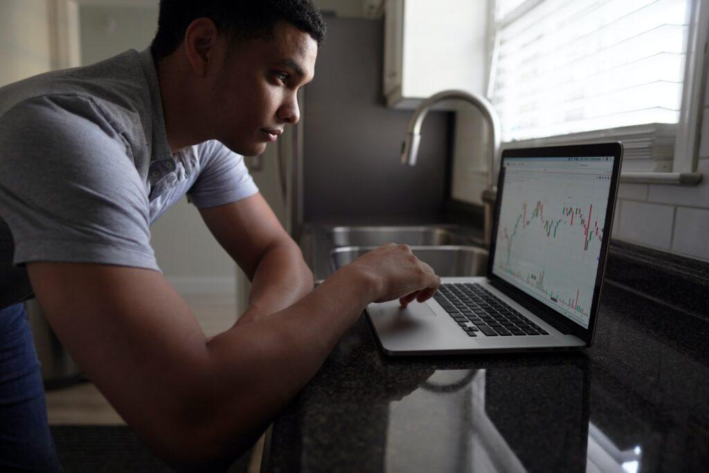"""Fundusz inwestycyjny to nie forteca. Nie trzeba się męczyć, żeby go """"zdobyć"""". Tłumaczę krok po kroku jak stać się uczestnikiem funduszu. Bezpiecznie. Przez internet"""