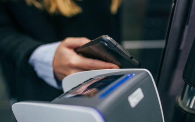 """mBank, zamiast """"plastiku"""", da ci mobilną kartę płatniczą. Działa w sklepach """"naziemnych"""", w internecie i w bankomatach, a do tego jest eko i błyskawicznie. Testuję!"""