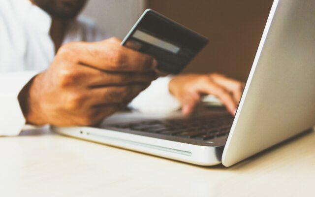 Robisz zakupy w internecie? Od nowego roku czekają cię ważne zmiany w zatwierdzaniu transakcji! Ma być bezpieczniej, ale czy nie będzie trudniej?