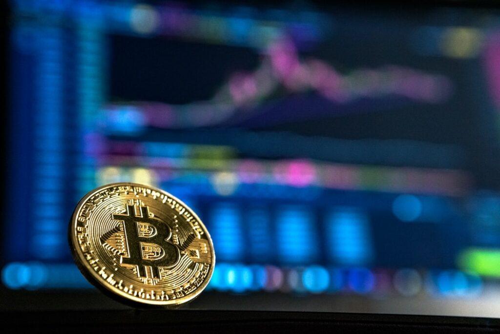 """Bitcoin, czyli nowe, """"cyfrowe złoto""""? Na fali obaw przed konsekwencjami dodruku dolarów, cena słynnej kryptowaluty przebiła 20.000 dolarów! Czy trzeba ją mieć?"""