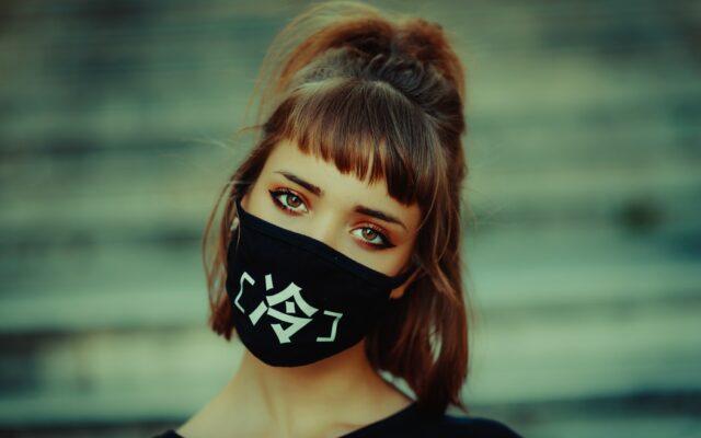 Nosicie maseczki pod nosem albo na brodzie? Teraz mogą Was nie obsłużyć w sklepie. Ale z karą będzie problem, bo… znowu zrobili błąd w ustawie
