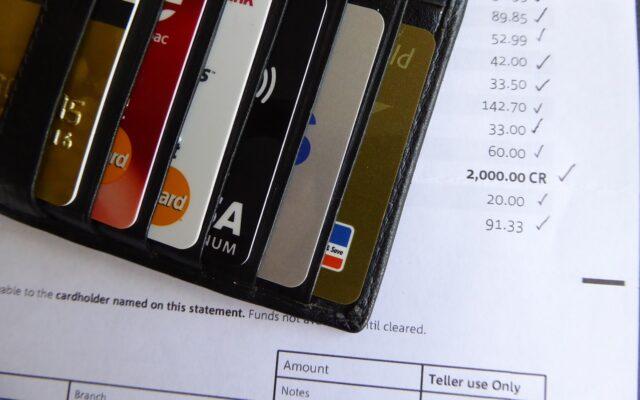 Darmowe konto w banku to dzisiaj rzadki przywilej. Bank wprowadza nowe opłaty za konto i kartę? Oto pięć prostych sposobów, jak ich uniknąć