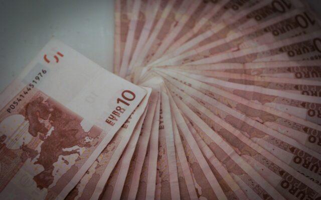 """Boisz się utraty wartości złotego i kupujesz euro? Tylko gdzie je potem trzymać? Jak otworzyć niemieckie konto bankowe i nie """"popłynąć"""" z opłatami?"""