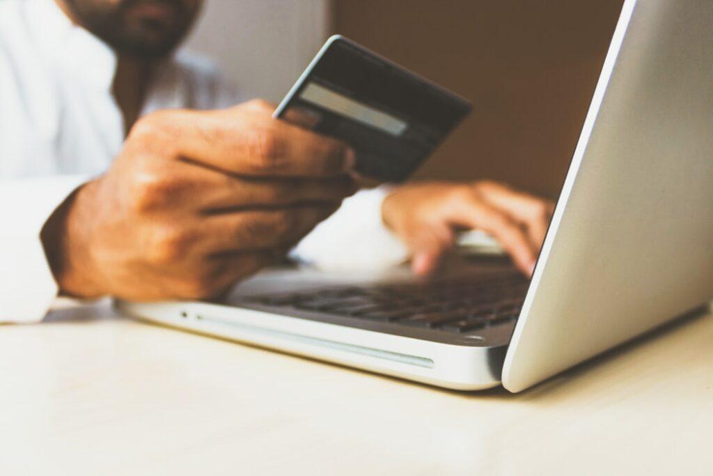 """""""Silne uwierzytelnianie"""" konsumenta, czyli SCA już tu jest. Co zmieniło się w kupowaniu w sieci i jak przygotować się do e-zakupów po nowemu?"""