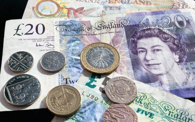 Popularna internetowa platforma do wymiany walut zaoferowała coś dziwnego: pożyczki-chwilówki w… walutach obcych. Kto miałby aż tak ryzykować?