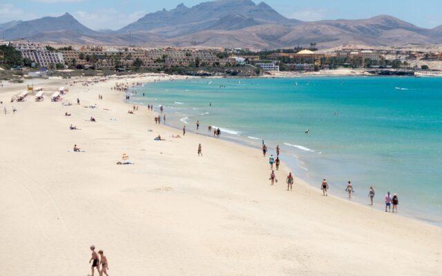 """COVID-19 na Fuerteventura. Czytelnik zrobił sobie test i został """"uziemiony"""". Miał polisę turystyczną, ale za wszystko musi płacić sam. Jak się badać, by nie zostać na lodzie?"""