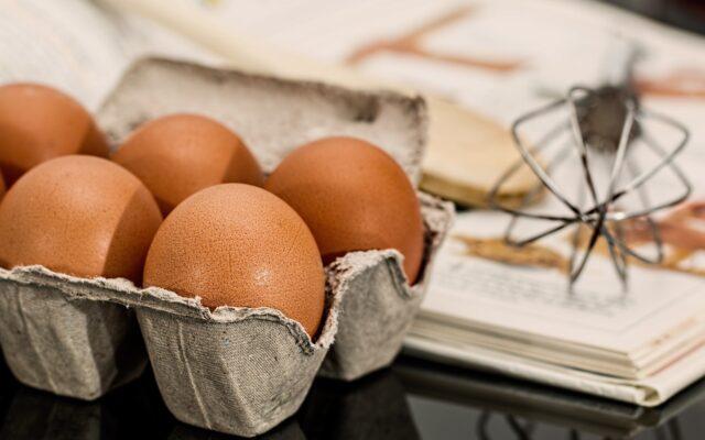 """Kupując jaja warto zwracać uwagę nie tylko na cenę. Aż 80% sprzedawanych jajek to """"trójki"""". Czym różnią się od nich te droższe jaja? I o ile są droższe?"""