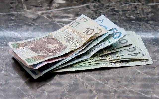 Niemiła niespodzianka przy bankomacie: klienci odchodzą bez pieniędzy. Mimo, że w bankomacie pieniądze są. O co chodzi?