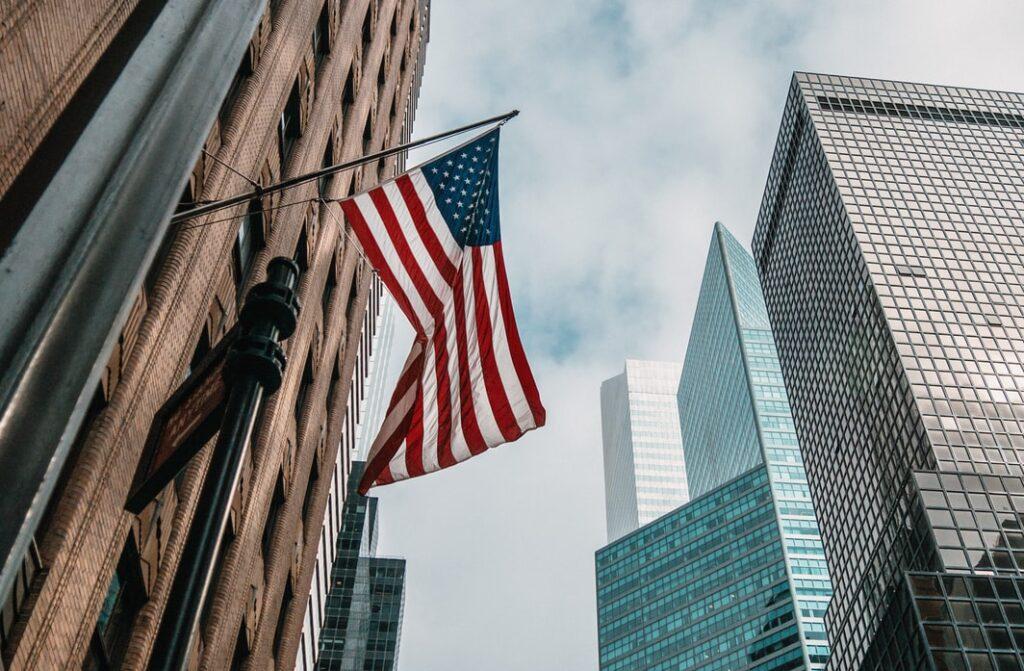 W świecie inwestowania mała sensacja. Obligacje amerykańskiego rządu dają zarobić więcej, niż polskie. To okazja czy pułapka? Czy warto skorzystać? I jak to zrobić?