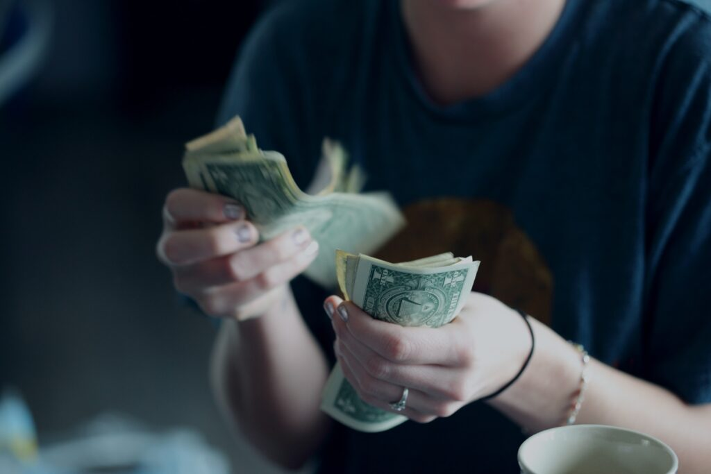 Czy to prawda, że pieniądze szczęścia nie dają? Czy zarabiając więcej będziecie szczęśliwsi? Naukowcy znaleźli odpowiedź. Zaskakującą?