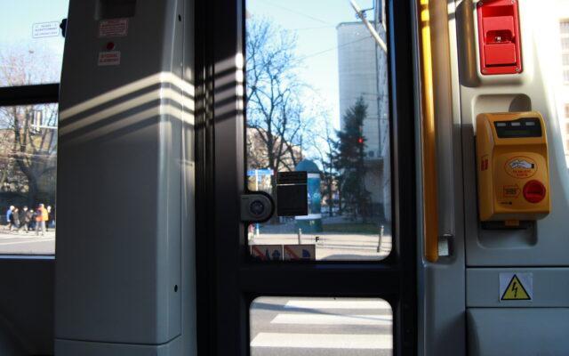 Kupujesz bilety komunikacji miejskiej przez aplikację w smartfonie? Nadchodzi dziwna zmiana. Wirtualny bilet trzeba będzie… skasować